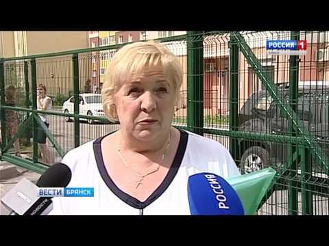 В Брянске многоэтажки прячут за заборами