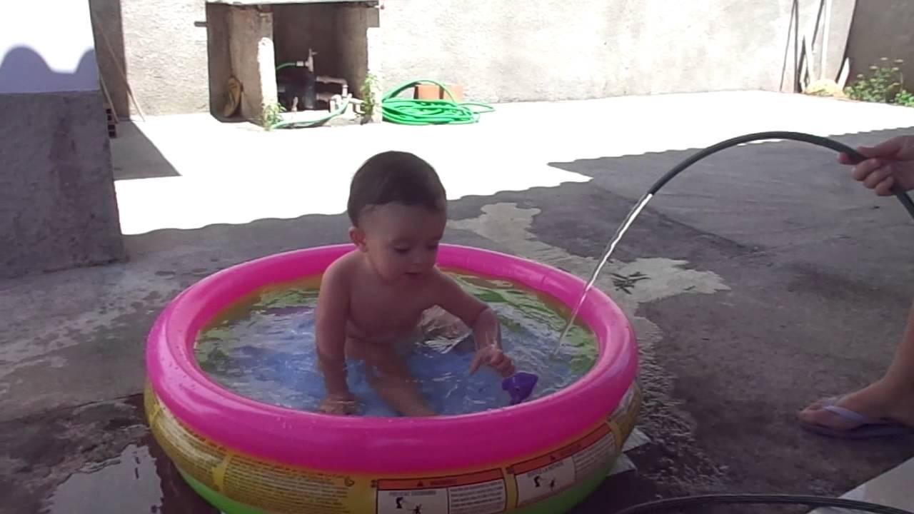 Miguel na piscina piscina de pl stico para beb s youtube for Piscina de plastico