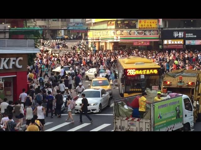 El momento de una estampida humana en Taiwan para cazar un pokémon
