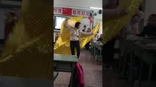 Учительница английского языка танцует