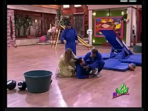 """Caída espectacular en el programa de televisión mexicano """"Se Vale"""" (Julio 2010)"""