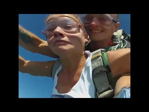 Прыжок голой парашютистки 2