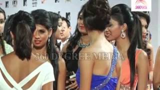 Hot Sexy Models Poses for Cameras at the MTV Video Music Awards India 2013