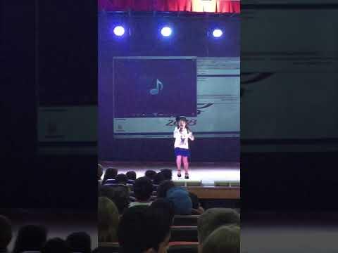 Stella cantando no TEATRO DA ESCOLA