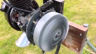 Essais d'un moteur de solex refait, posé sur un support d'atelier