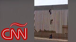 Video muestra a mexicano escalando el muro fronterizo hacia EE.UU.