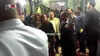 وصول خالد يوسف ولقاء الخميسي لعزاء والدة عمرو وشريف عرفة