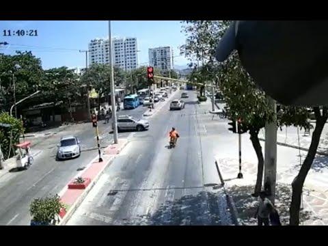 Download Imprudencias de conductores en Santa Marta: motociclista ignoró semáforo en rojo y lo chocó un carro