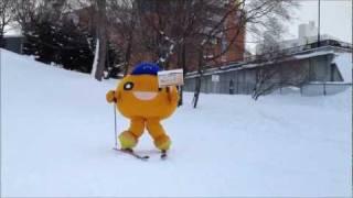 水曜どうでしょうの前枠・後枠でおなじみのあの公園でonちゃんがスキーに挑戦!すいすい~ヽ(*o ω n*)ノ onちゃんが看板を持っている「よゐこ&...