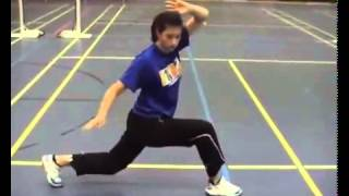 Gadis Cantik Memperagakan Pemanasan untuk bermain Batminton (Badminton Warm Up)