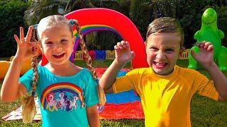 डायना और रोमा हवा के खिलौनों के साथ खेलते हैं
