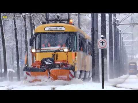 Winter in Dresden: Tatra-Doppeltraktion mit Schneeräumer im Dienst