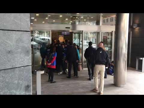 Un escolta del presidente de la Xunta empuja a una funcionaria de Xustiza