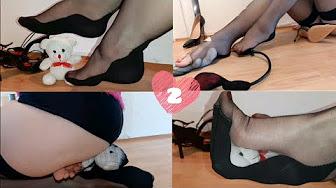 Entzückendes Eurogirl streichelt ihre süßen Füße mit Sahne