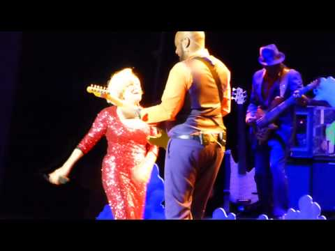 Bette Midler - Beast of Burden (Staples Center, Los Angeles CA 5/28/15)