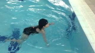 научиться плавать в бассейне