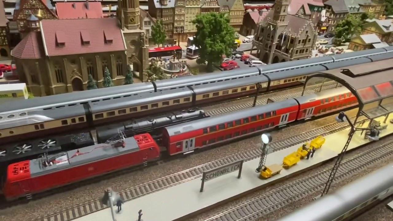 Retro Modelleisenbahn mit schönen Rollmaterial
