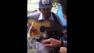 Ông bán vé số hát và đánh đan hay !