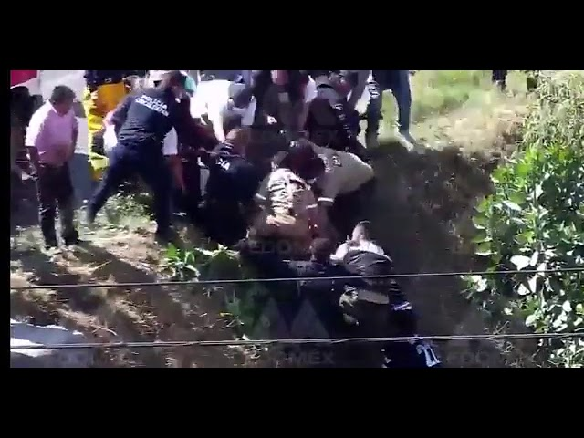 Cámaras de Vigilancia captan el momento en que un auto cae al rio en Chicoloapan