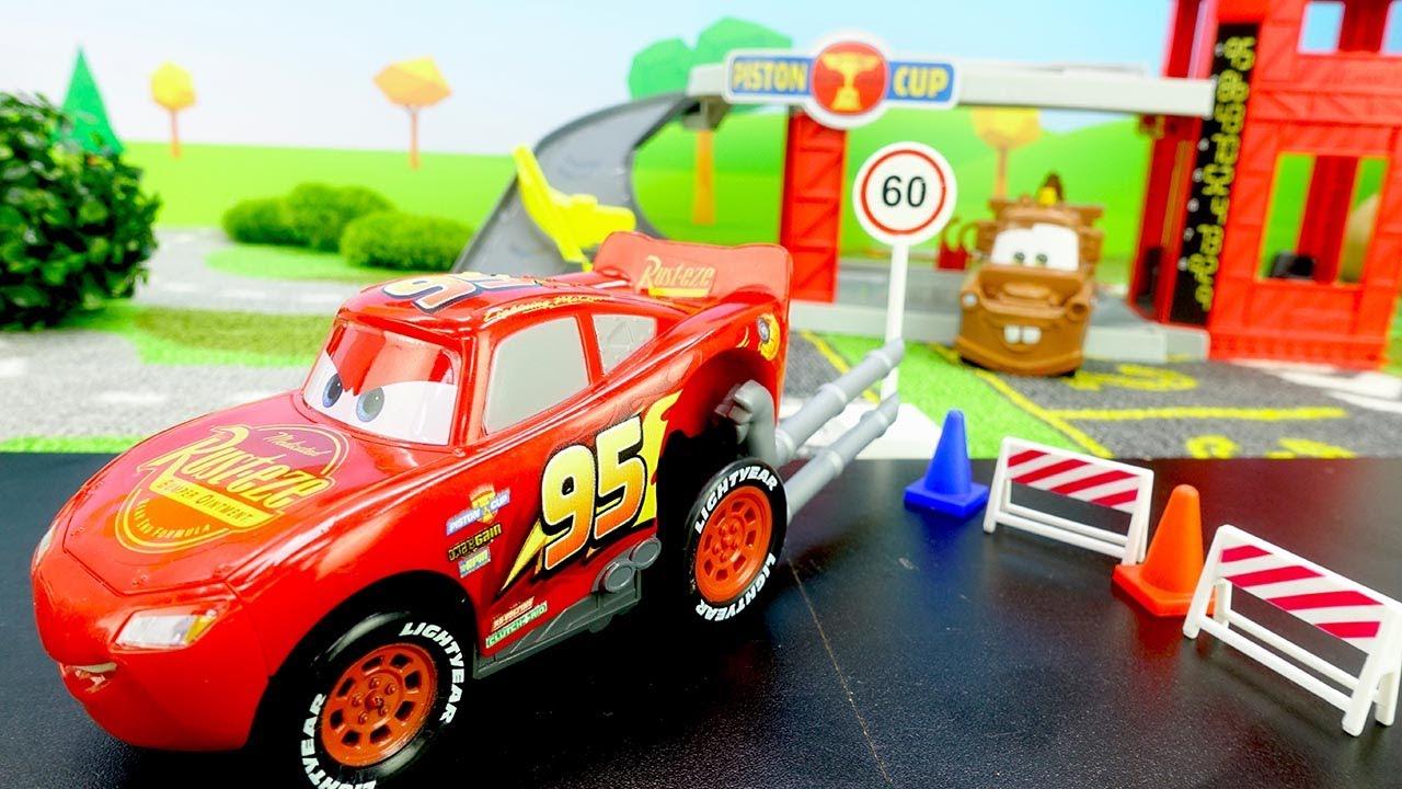 O Relâmpago McQueen ficou ainda mais rápido com turbinas! Vídeo com brinquedos animados