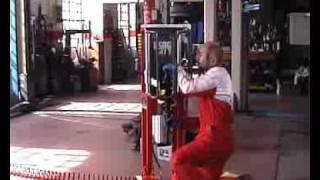 видео Самодельный кран из домкрата: руководство по сборке