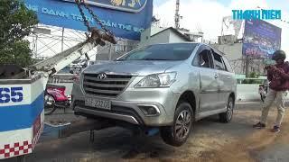 Tài xế mê man, ô tô lật nhào trên cầu vượt Nguyễn Hữu Cảnh