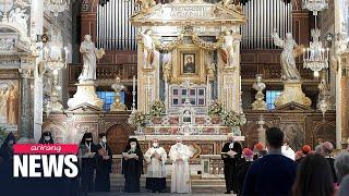"""교황 """"동성 커플 법적 보호받아야""""...동성결합법 첫 공개 지지for the first time, pope francis is calling for a civil union law to protect same-sex couples.he made historic remarks..."""