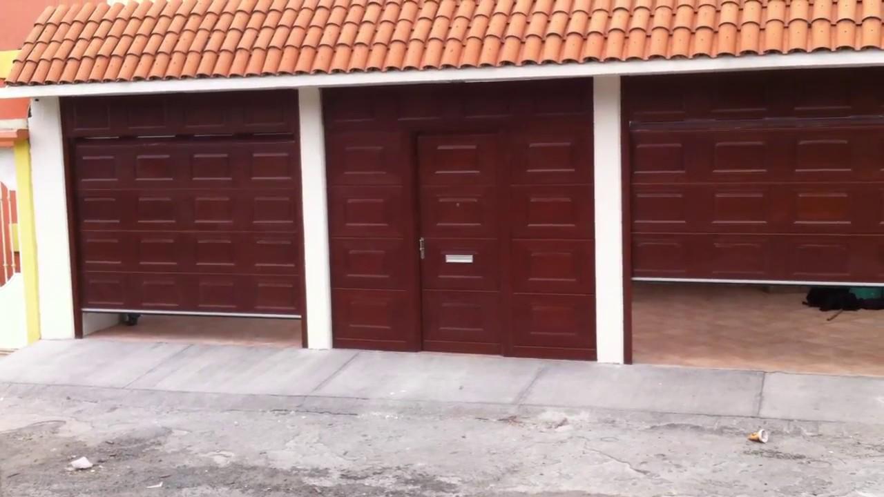 Dos portones ascendentes en color madera con motor axial - Portones para garaje ...