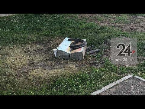 В Нижнекамске колодец на территории детской площадки закрыт строительными отходами