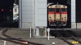 早岐駅前に移転してきた車両基地に停泊する国鉄色のキハ66系や機回しで入庫しているななつ星in九州のDF200形7000番台
