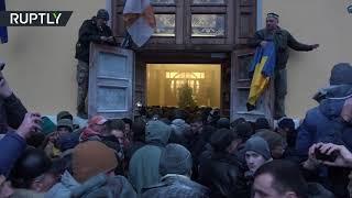 Сторонники Саакашвили выломали двери Октябрьского дворца в Киеве и ворвались внутрь здания