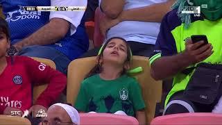 طفلة نائمة بمدرجات الجوهرة قبل أن تصحو على هدف الأهلي السادس - صحيفة صدى الالكترونية