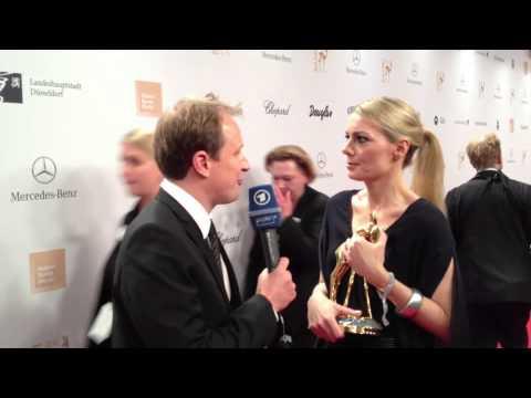 Martina Hill (Switch Reloaded) freut sich richtig über Ihren Bambi! | BAMBI 2012 | ARD