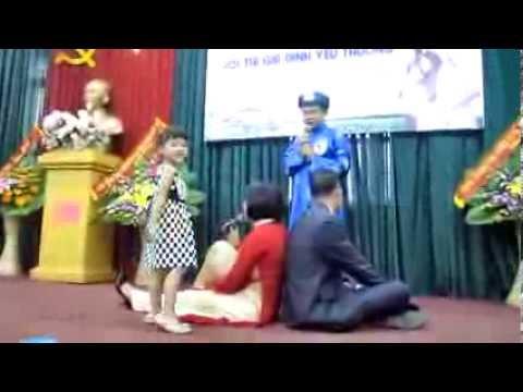 """Màn chào hỏi của Gia đình Bùi Thị Kim Oanh - TTTTTV trong """"Hội thi gia đình yêu thương"""""""