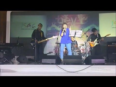 Pakbro Gaol dan MyBand Menggetarkan Indoor Indosat Ooredoo Isac Concert