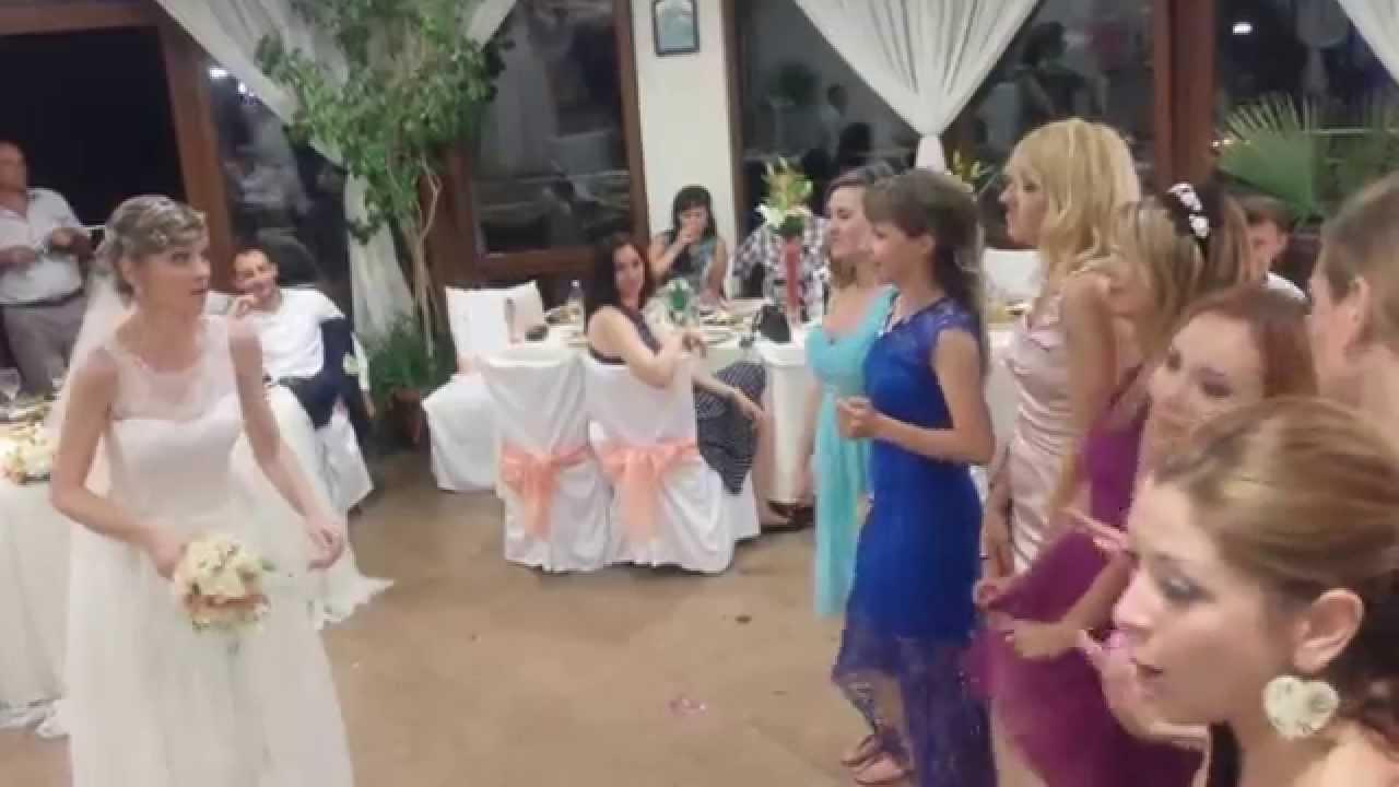 Какой букет кидает на свадьбе невеста