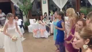 Невеста кидает букет - Свадьба в Созополе
