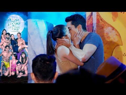 ¡El primer beso de Mauricio y Juana Inés! | Hijas de la Luna - Televisa