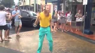 УГАР! Сумасшедший ПАРЕНЬ танцует на улице! видео прикол(, 2014-01-24T12:34:48.000Z)