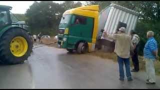 camion fuori strada vicino alla soccam/off-road truck near the…