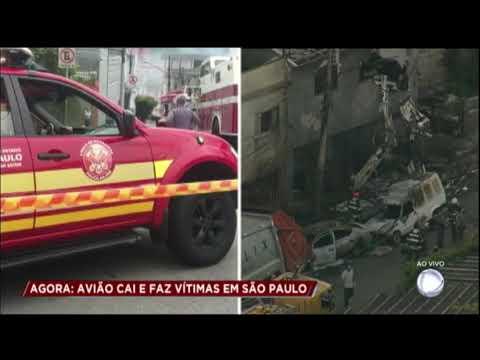 Avião cai em São Paulo, mata 2 pessoas e fere 12