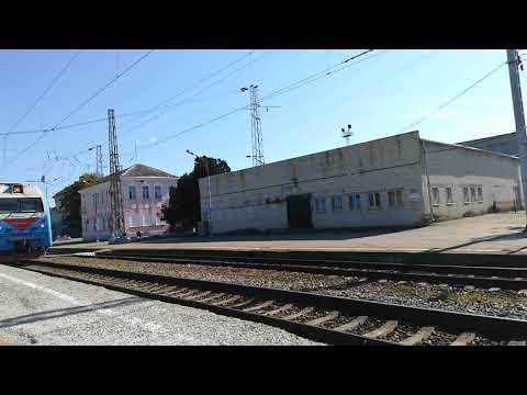 ЭП1М-593 со скорым поездом №135 Махачкала-Санкт-Петербург прибывает на станцию Невинномысск