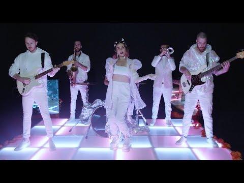 Смотреть клип Misterwives - Rock Bottom