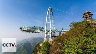 Скачать Стеклянная смотровая площадка близ Пекина привлекает экстремалов со всего Китая