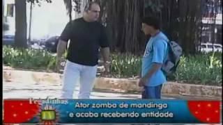 Pegadinhas do João Kleber - Ator zomba de macumba, recebe entidade assusta pedestres e apanha!!