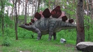 Динозавр в лісі видає звуки низької частоти.