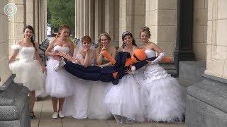 """Десятки девушек вновь надели белые наряды. В Новосибирске прошёл """"Парад невест"""""""