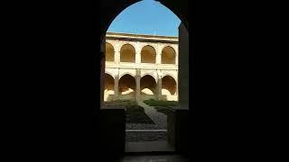 Paseo por el claustro de Fitero con música de María Bayo