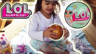 Clara abrindo LOL descobre o que tem dentro do brinquedo surpresa