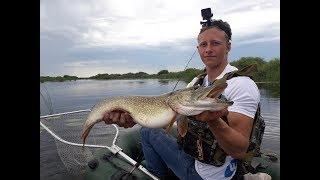 Рыбалка на ЩУКУ/ Попали на БЕШЕНЫЙ клёв!!! Ловля щуки на спиннинг с лодки!